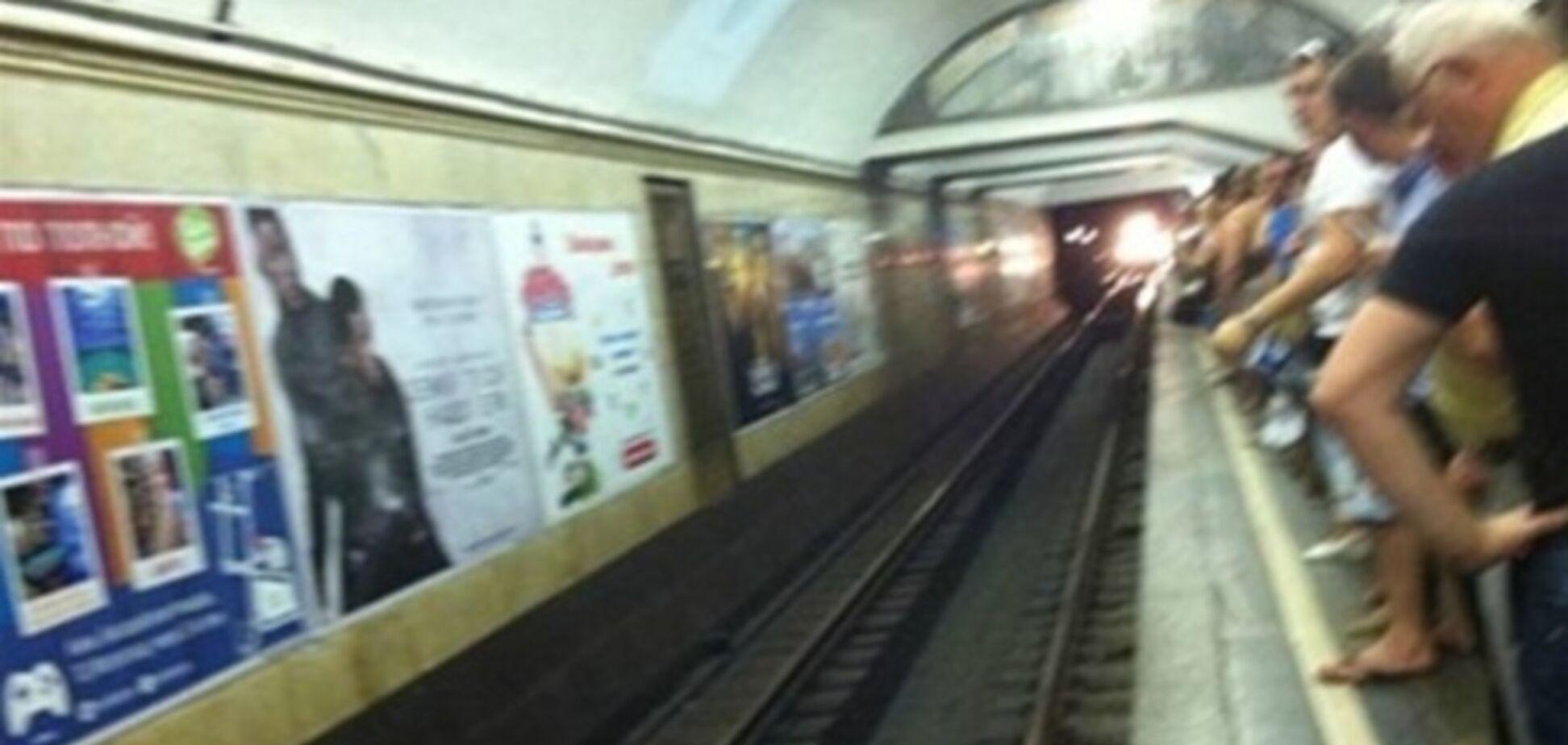 У Києві чоловік кинувся під поїзд метро