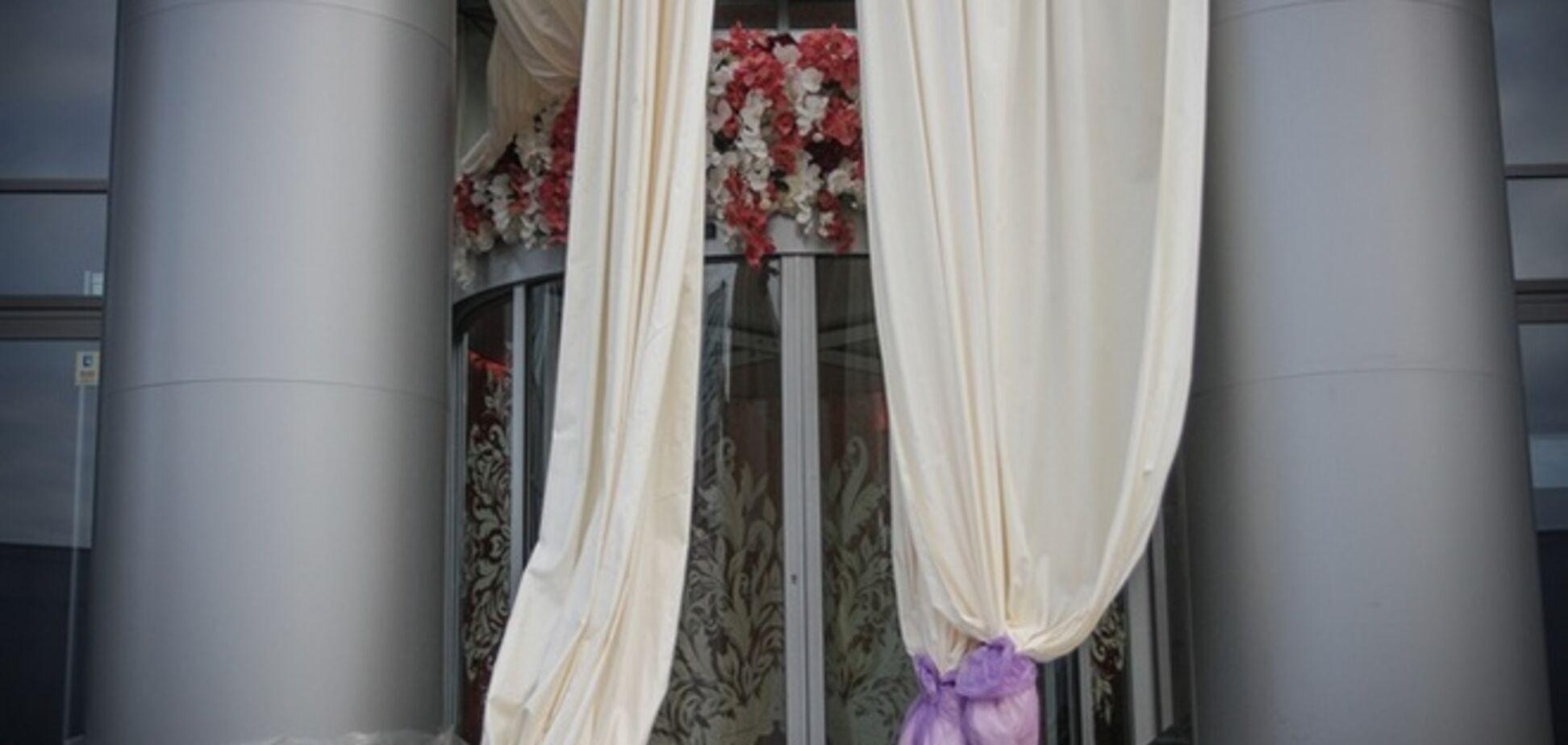 На свадьбу дочери Тимошенко прибыли первые гости, а также врачи 'скорой'