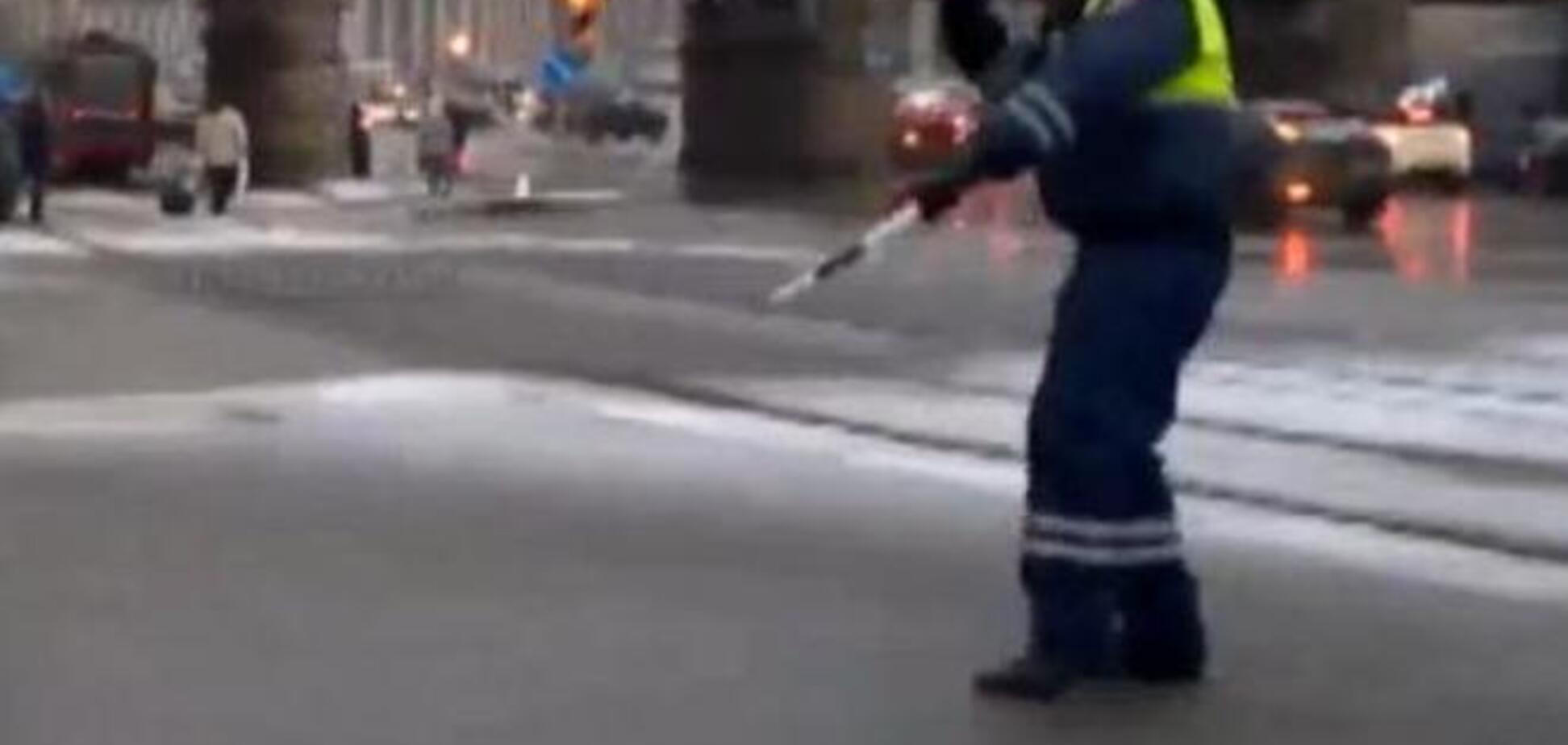 Сотрудник ГИБДД станцевал зажигательный танец на  рабочем месте. Личность полицейского уже установлена