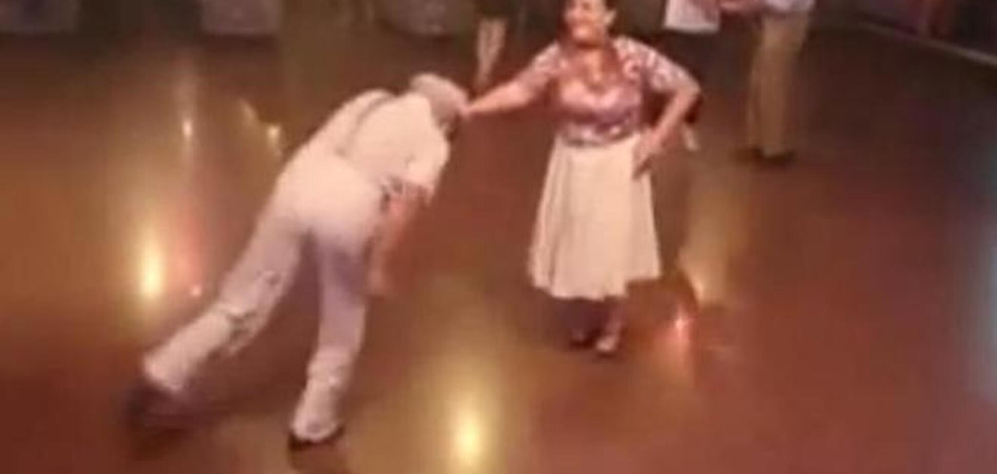 Пожилая пара вышла на танцпол и поразила зрителей: опубликовано видео