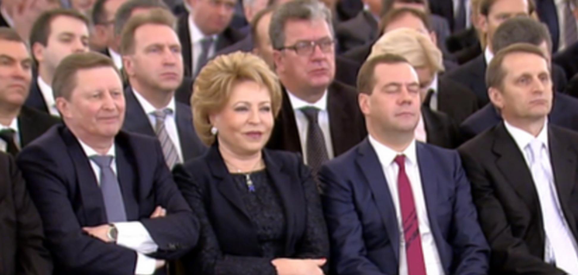 Медведева не впечатлило послание Путина, он снова уснул: фотофакт