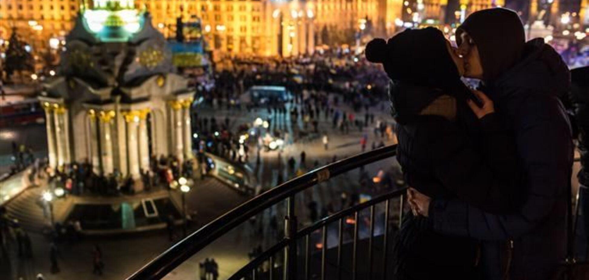 Любовь на Майдане: молодежь и пенсионеры находят пару, а киевляне кормят приезжих