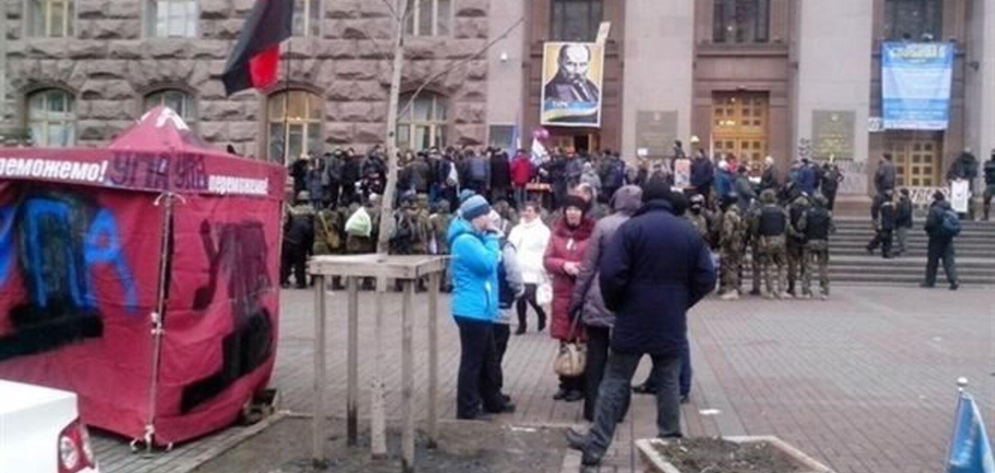 Евромайдановци передали будівлю КМДА владі