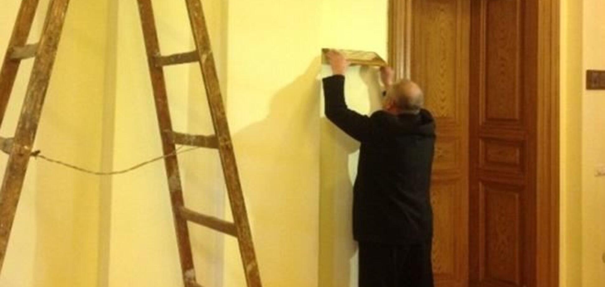 Львівська ОДА повертається до колишнього життя: там фарбують стіни і розвішують таблички