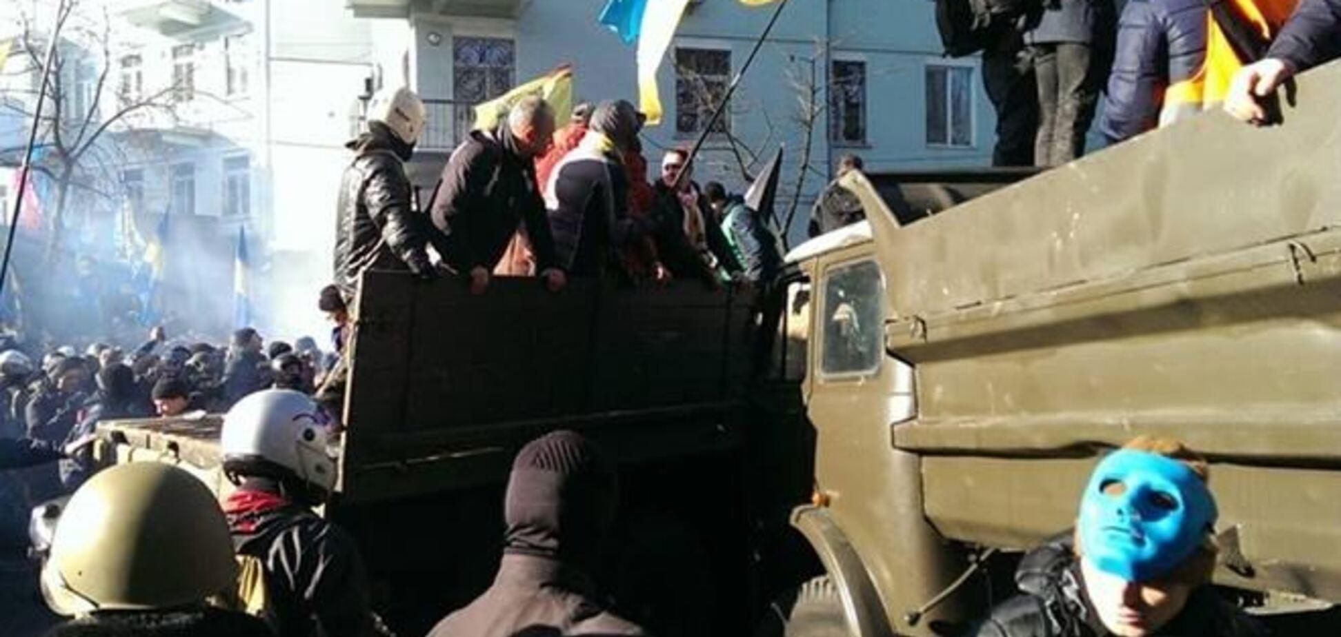 В правительственном квартале начались стычки с милицией: есть раненые