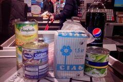 В Киеве запасаются продуктами первой необходимости. Фото