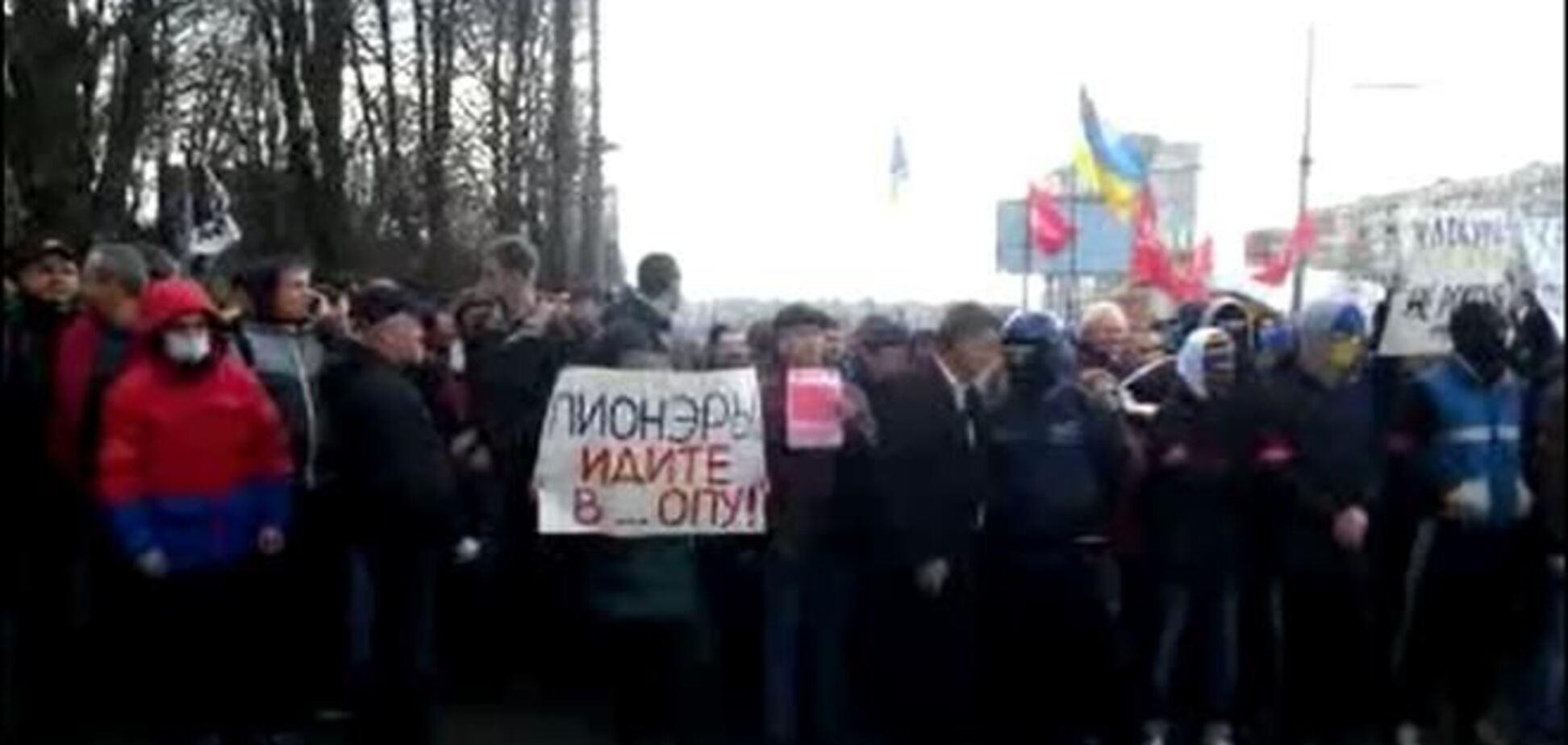 Возле места проведения съезда 'Украинского фронта' противостояние