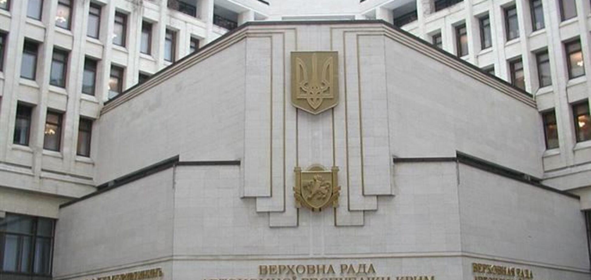 Вооруженные люди заняли здания правительства и парламента Крыма