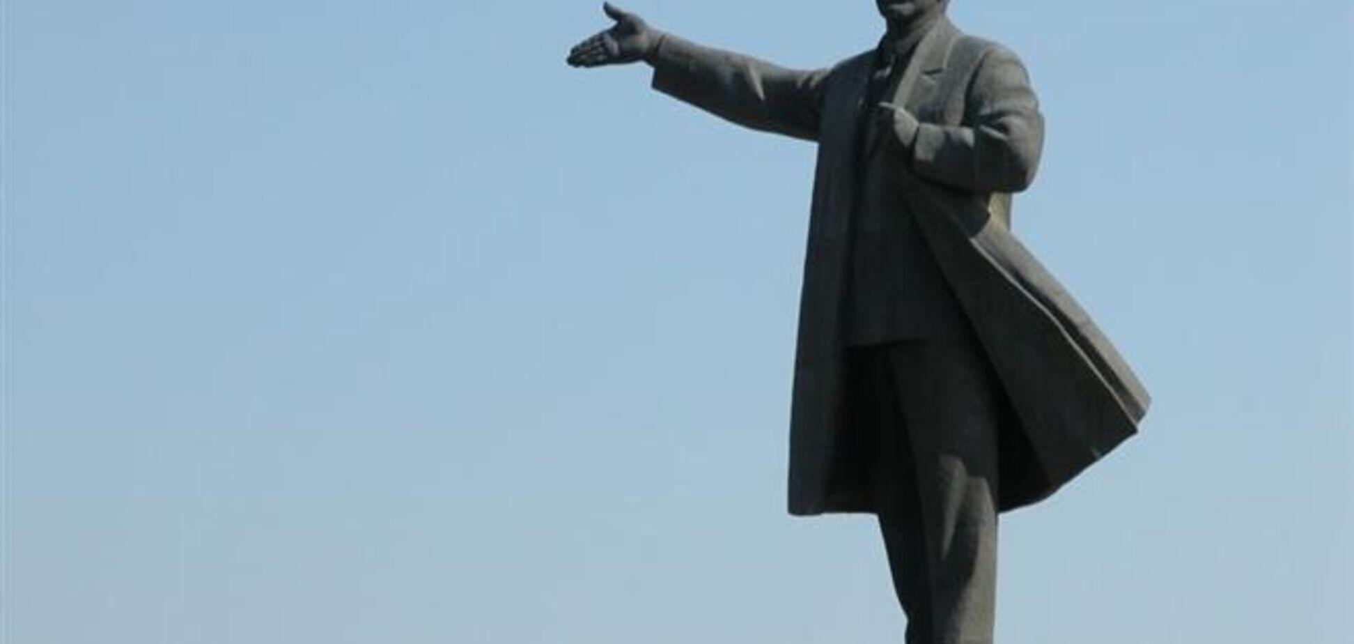 В Сумах один памятник Ленину убрали, а второй переплавят