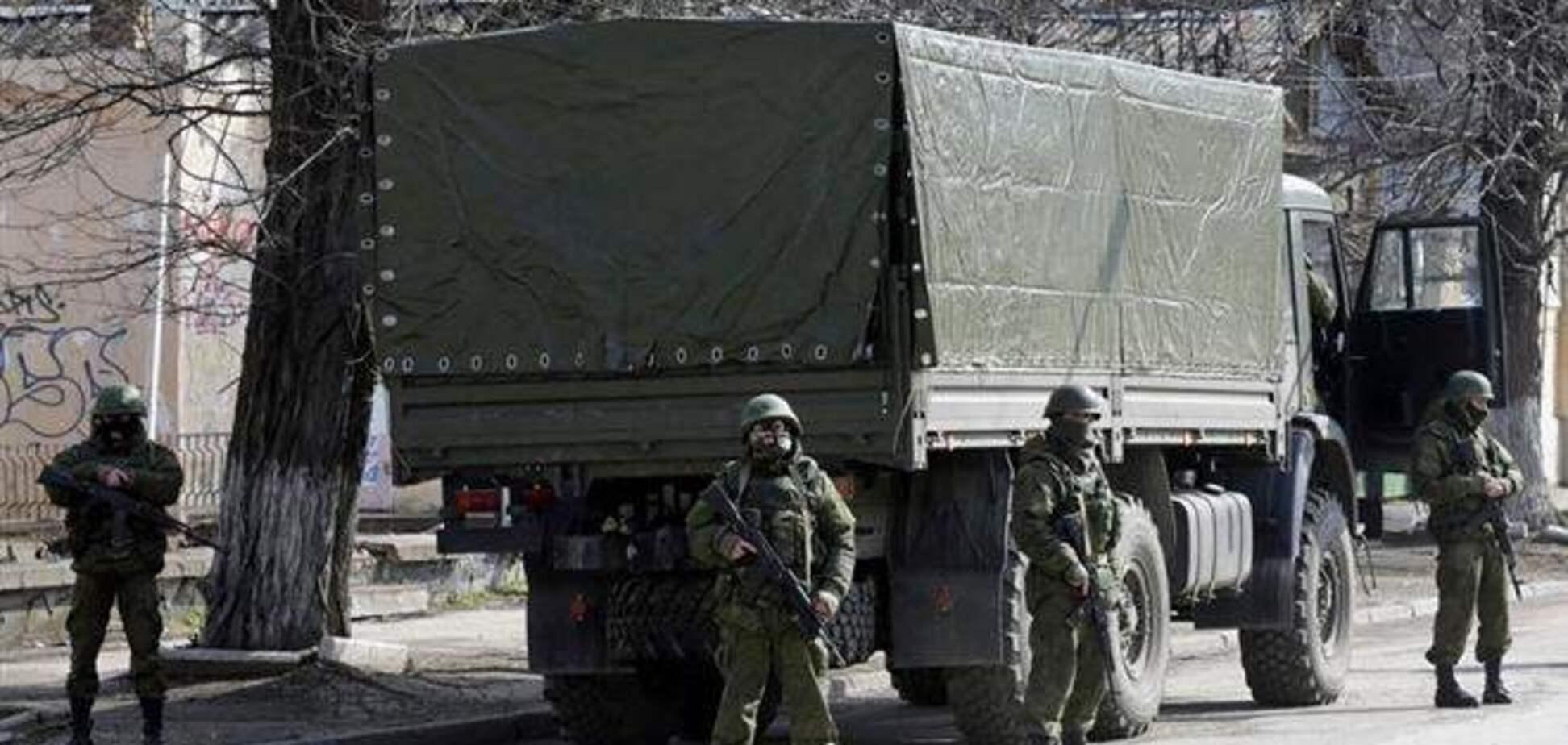 Российские военные захватывают стратегические объекты в Крыму