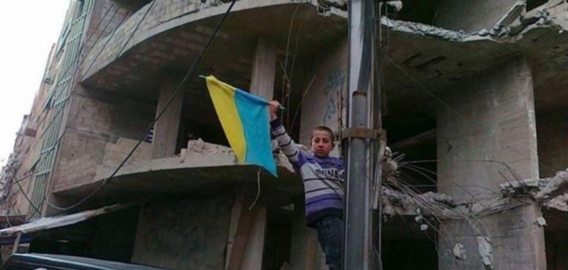 Маленький сириец поднял украинский флаг среди руин оккупированного города