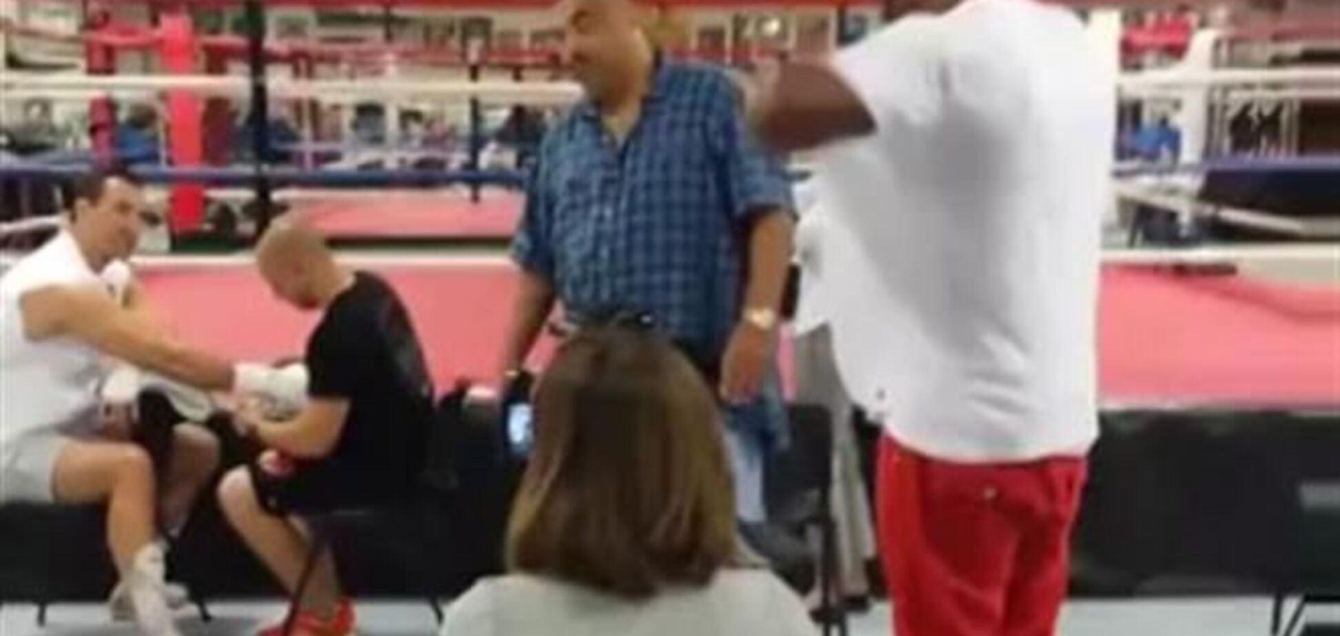 Бриггс ворвался на тренировку Кличко и кинул в него ботинок