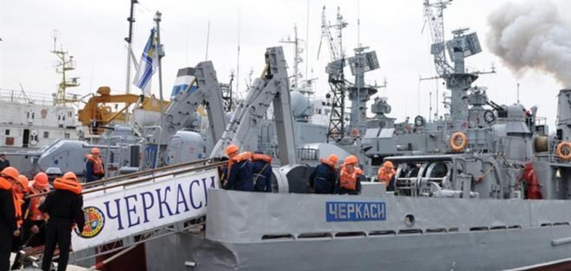 На тральщику 'Черкаси' піднято український прапор, моряки не здаються