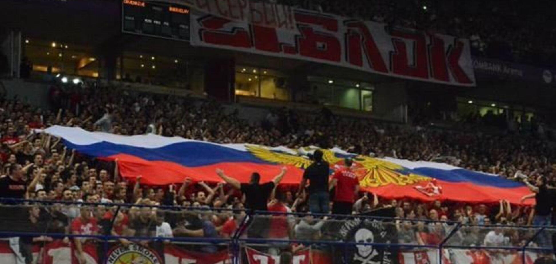 Сербские фанаты 'приветствовали' украинский 'Будивельник' российским флагом