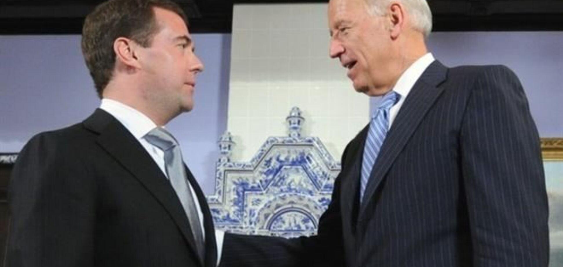 Байден призвал Медведева начать диалог с Яценюком