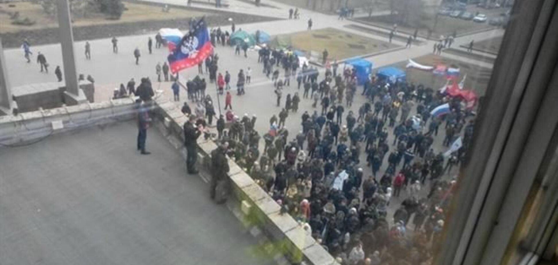 Проросійські активісти почали штурм Донецької ОДА