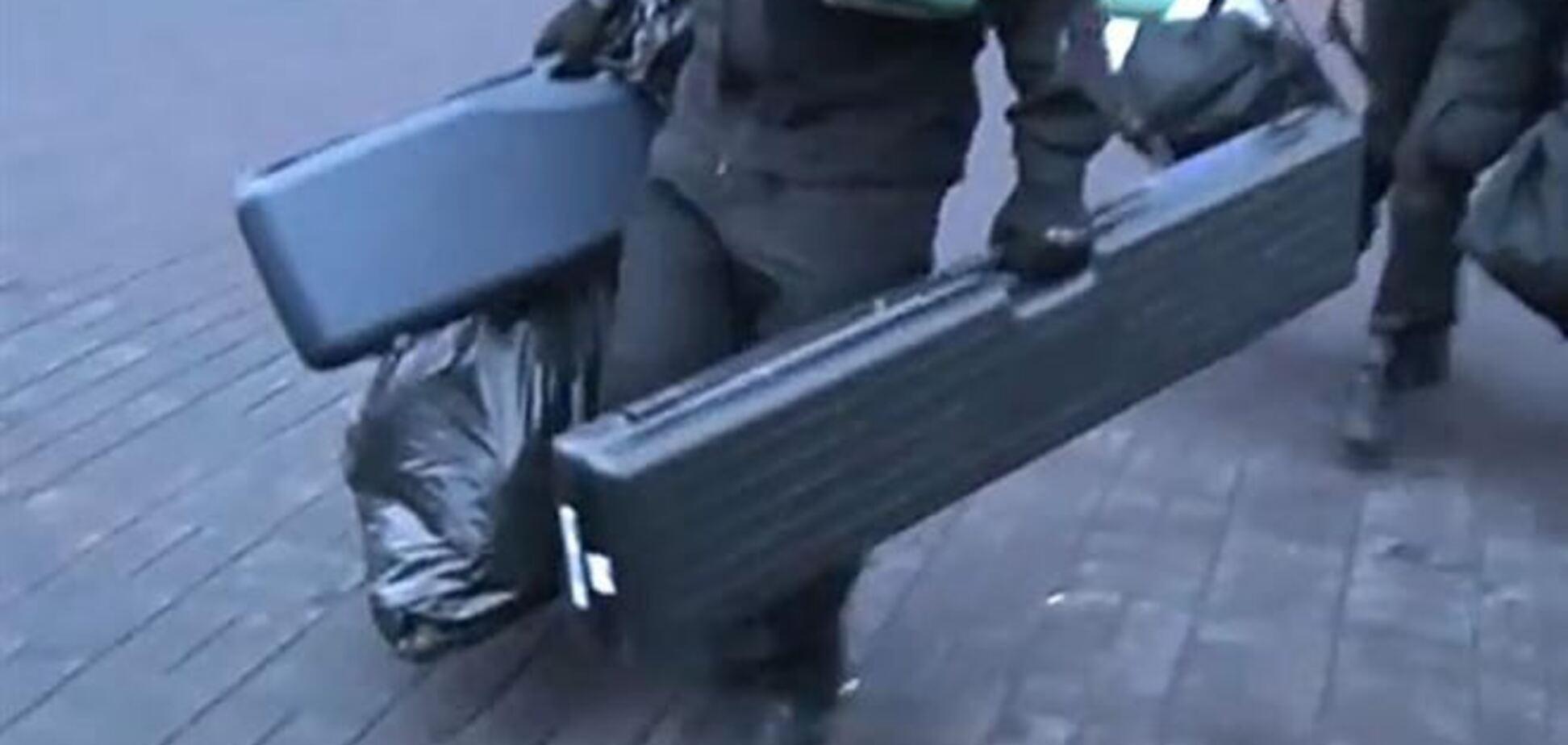 В сети появилось видео, как 'Правый сектор' выносил из отеля 'трубы'