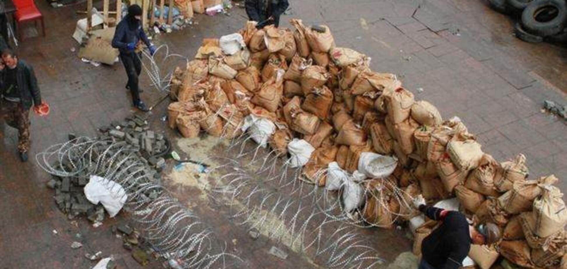 Сепаратисты в Донецке укрепляют баррикады и запасаются бензином