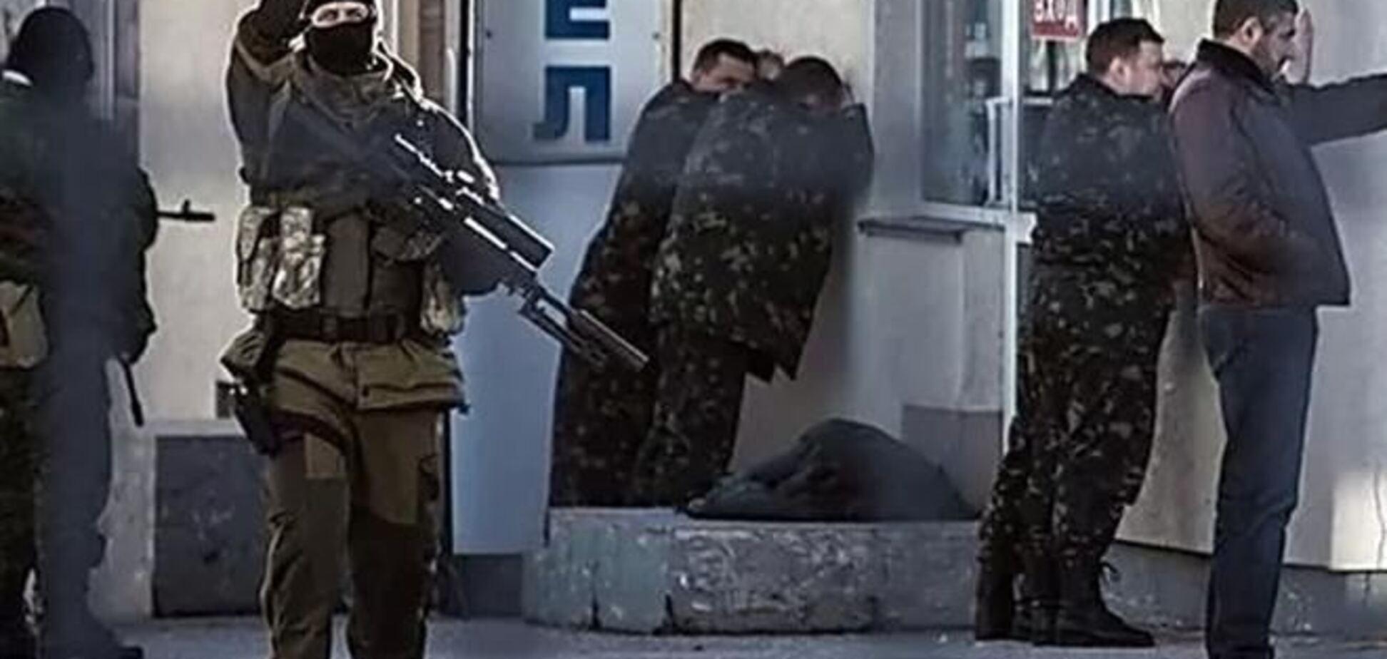Захватчики милиции в Славянске похожи на 'зеленых человечков' из Крыма