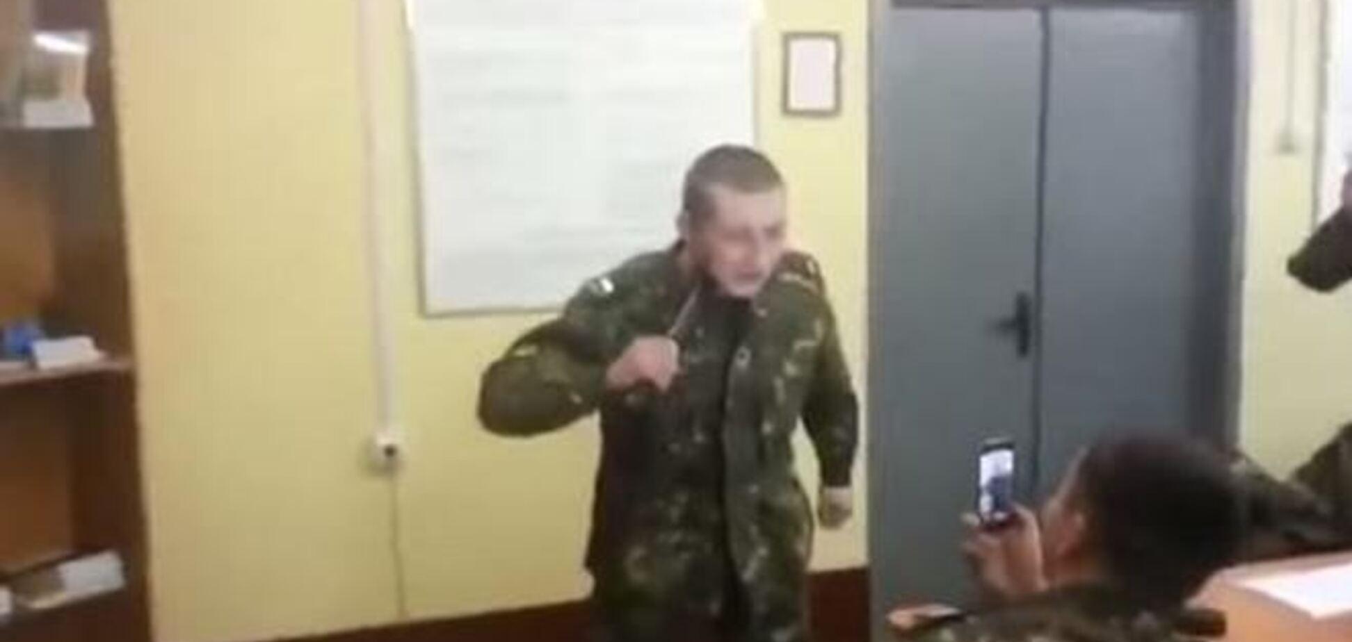 В сети появилось видео, на котором российский военный испытывает на себе электрошокер