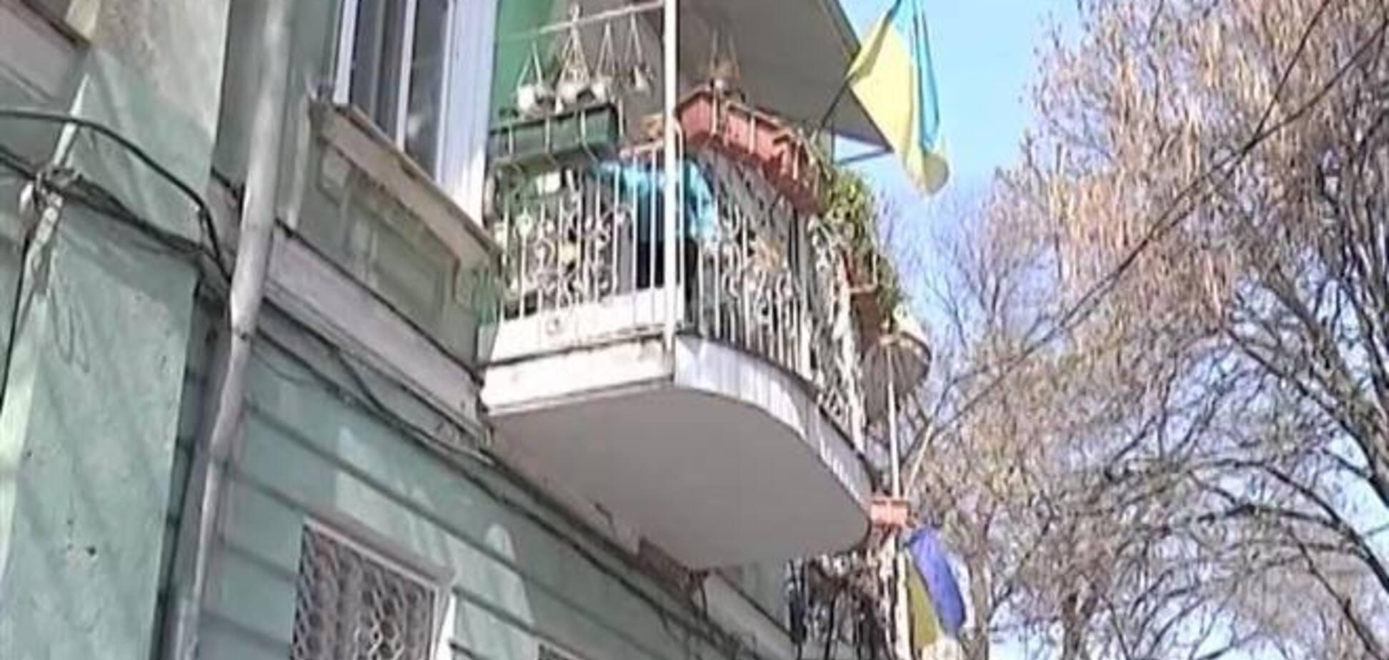 Одесситка, защищая флаги Украины, забросала русофилов горшками с цветами
