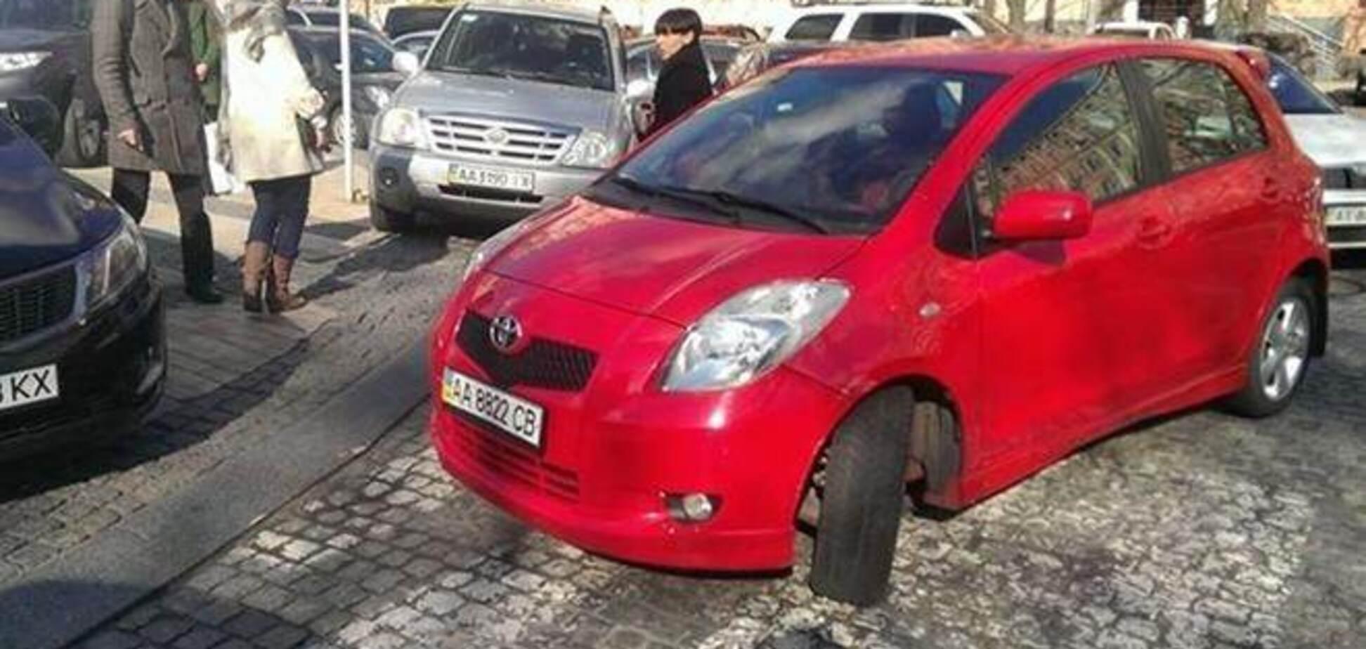 Возмущенные киевляне 'передают привет' водителю, который паркуется на зебре