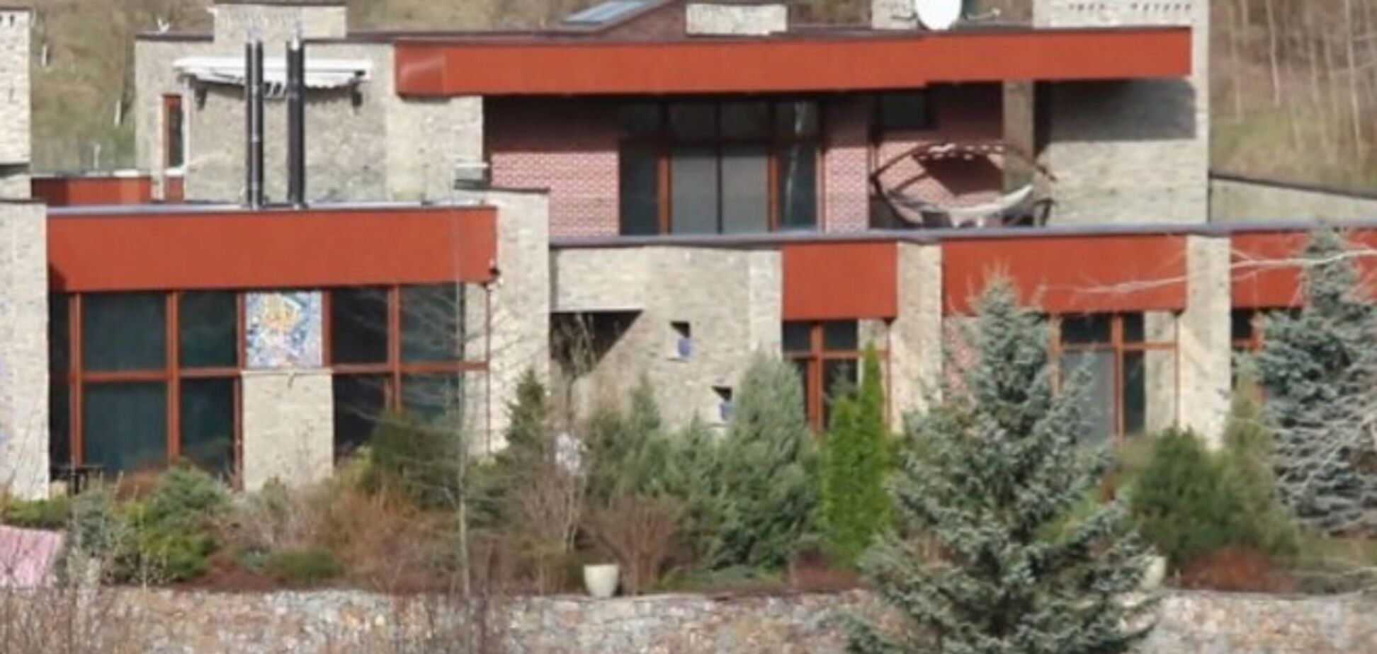 Тігіпко живе в особняку в стилі модерн по вулиці з колючим дротом