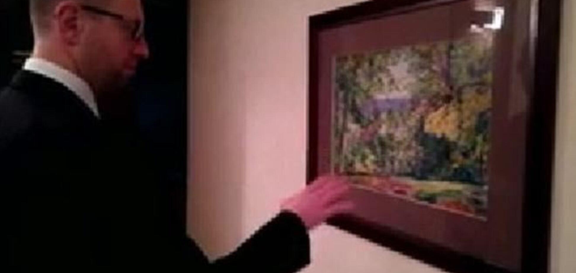 Яценюк провів екскурсію по своїй квартирі в Києві
