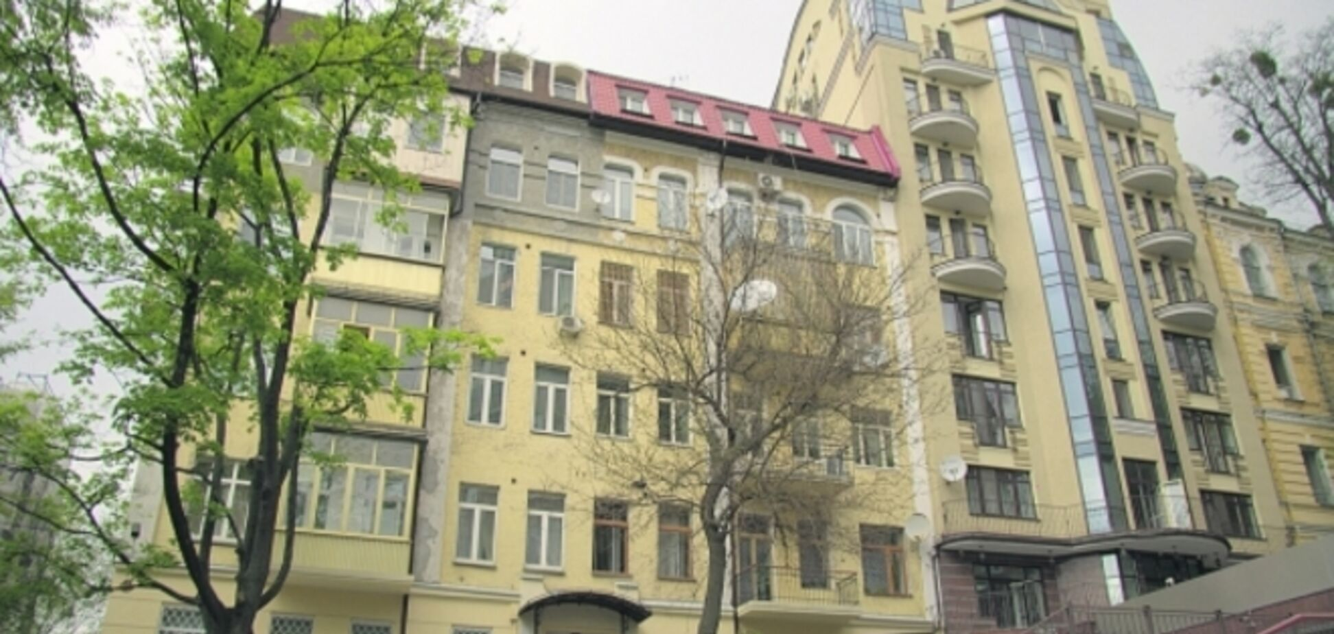 Богомолец живет в пятиэтажке-сталинке возле офиса Ахметова