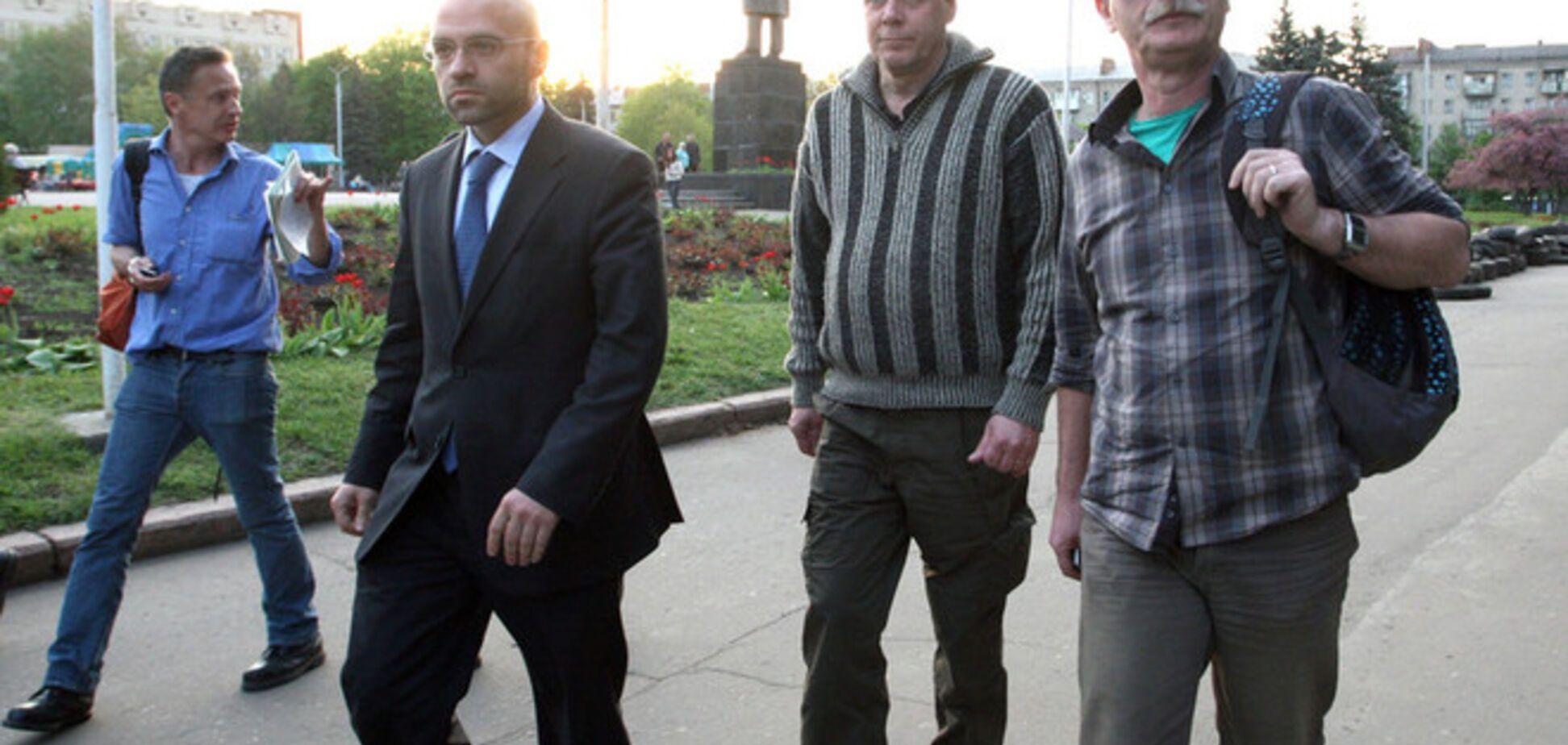 Одного из захваченных в Славянске инспекторов ОБСЕ отпустили, других - не планируют