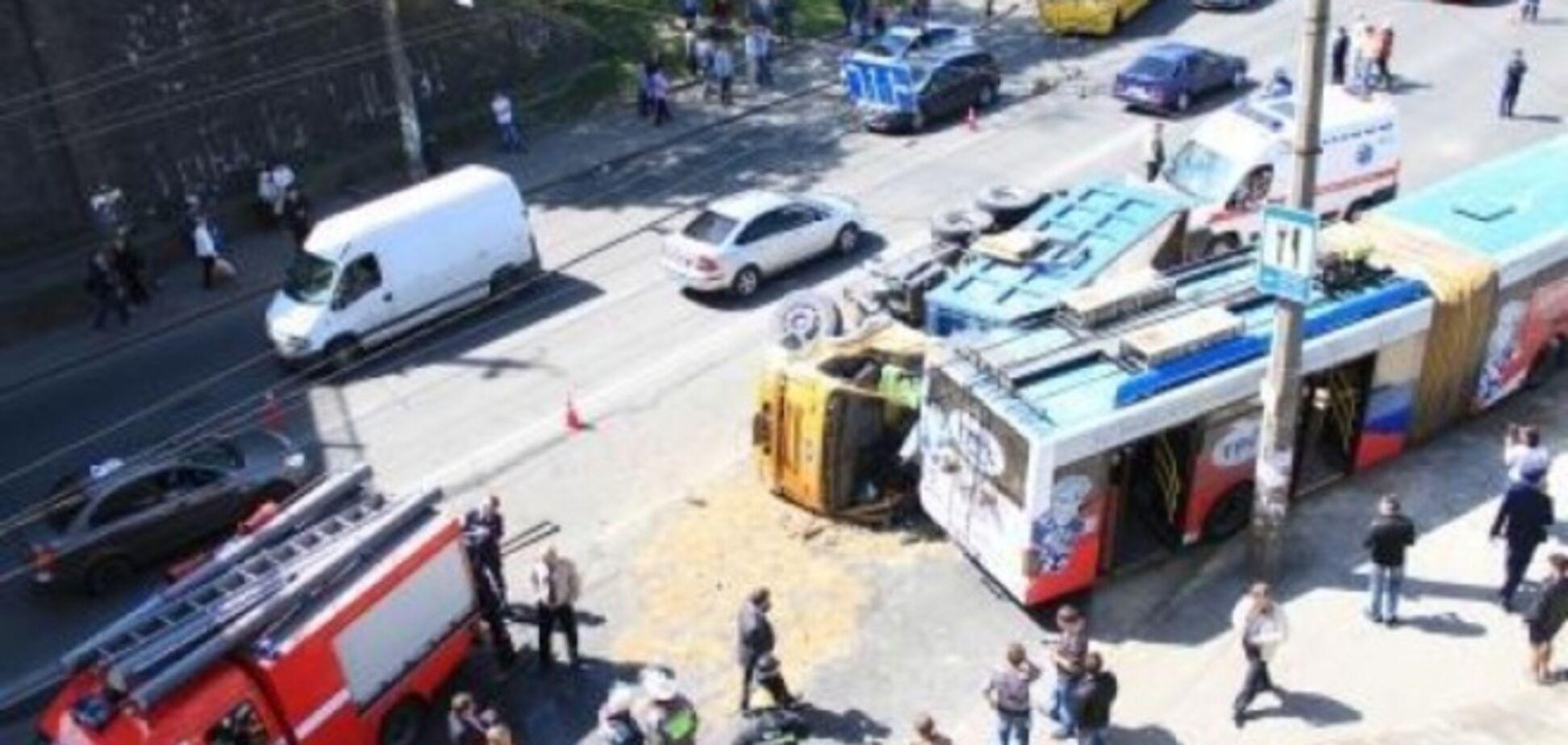 В Киеве после ДТП троллейбуса и грузовика детей выкапывали из песка