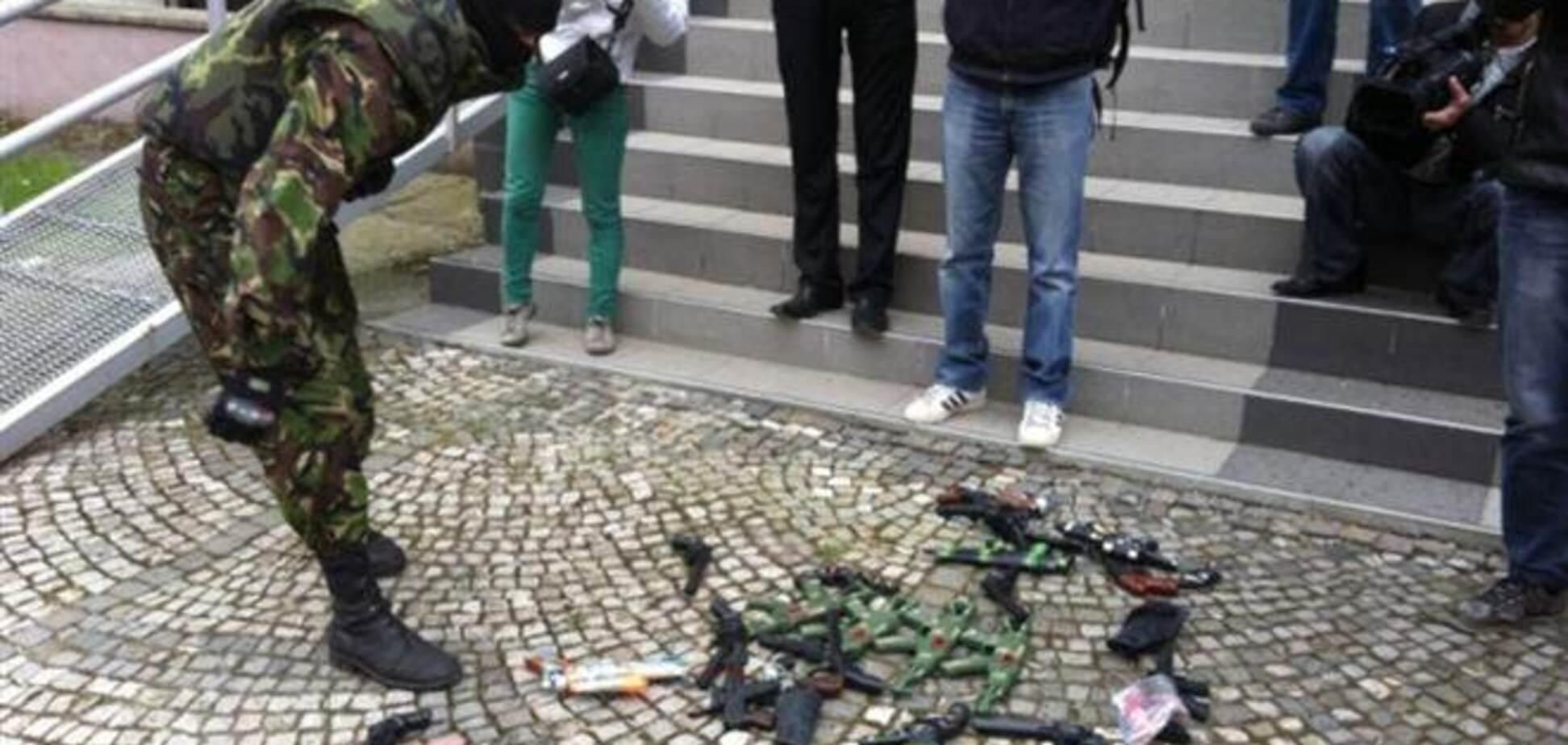 'Правый сектор' Закарпатья пошутил с милицией: вместо настоящего оружия сдал игрушечное