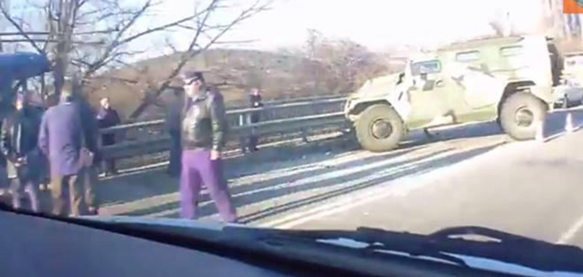 Под Симферополем российский 'Тигр' врезался в троллейбус: есть пострадавшие