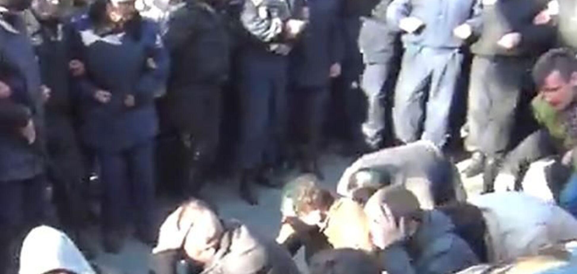 В Харькове сторонники целостности Украины ползли по коридору позора