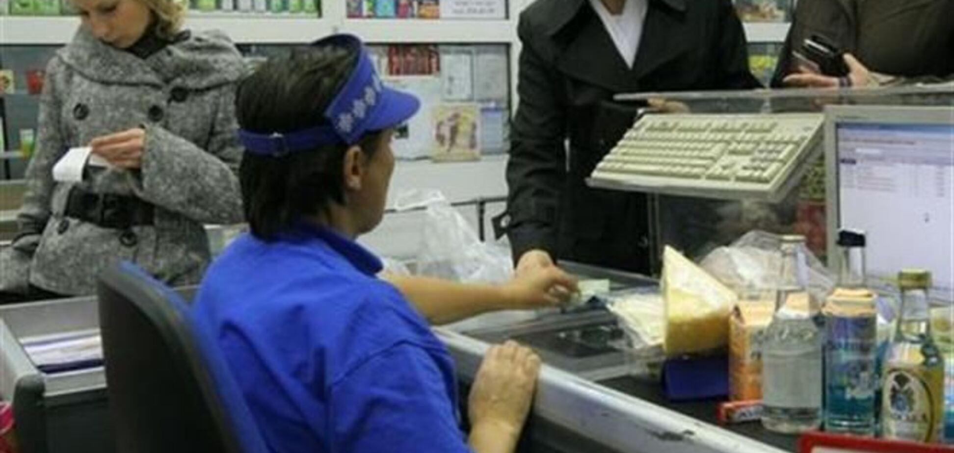 После снижения спроса на продукты в супермаркетах сокращают персонал