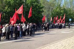 В Донецке около 100 коммунистов скандировали: 'Мир! Труд! Май!'