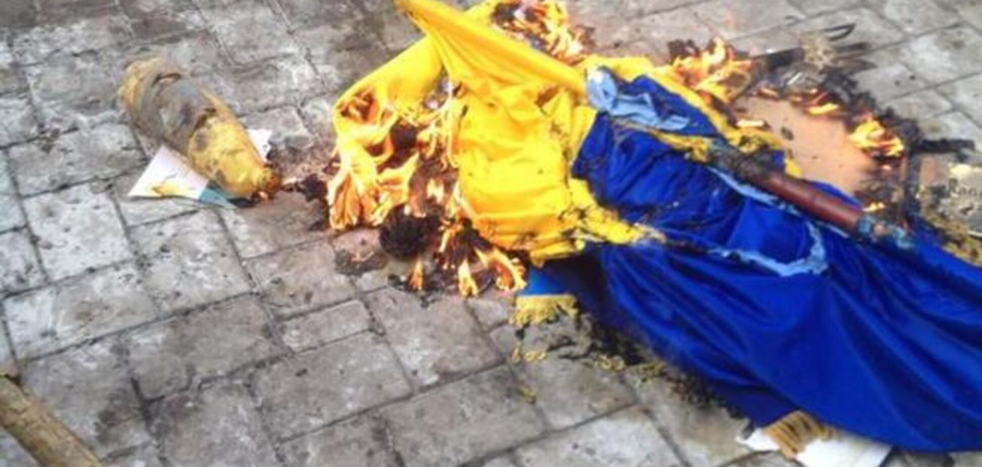 У захопленій прокуратури в Донецьку під крики 'Росія' спалили прапор України