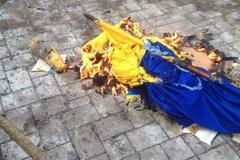У захваченной прокуратуры в Донецке под крики 'Россия' сожгли флаг Украины