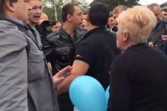 В Симферополе пропутинская бабушка атаковала молодежь с криками 'під***сів на гілляку'