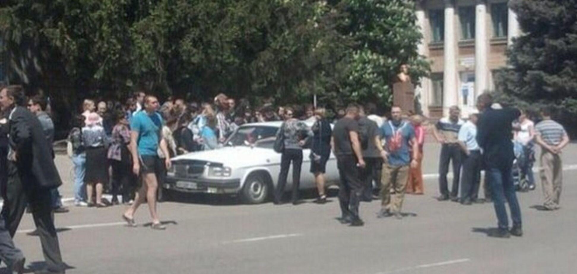Референдум по-'ДНР-івського': голосування влаштували прямо в салоні автомобіля
