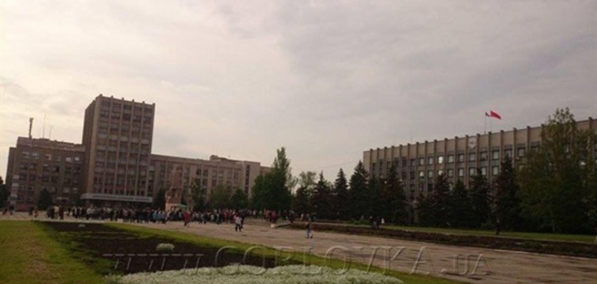 Над горсоветом Горловки появился флаг СССР. Фотофакт
