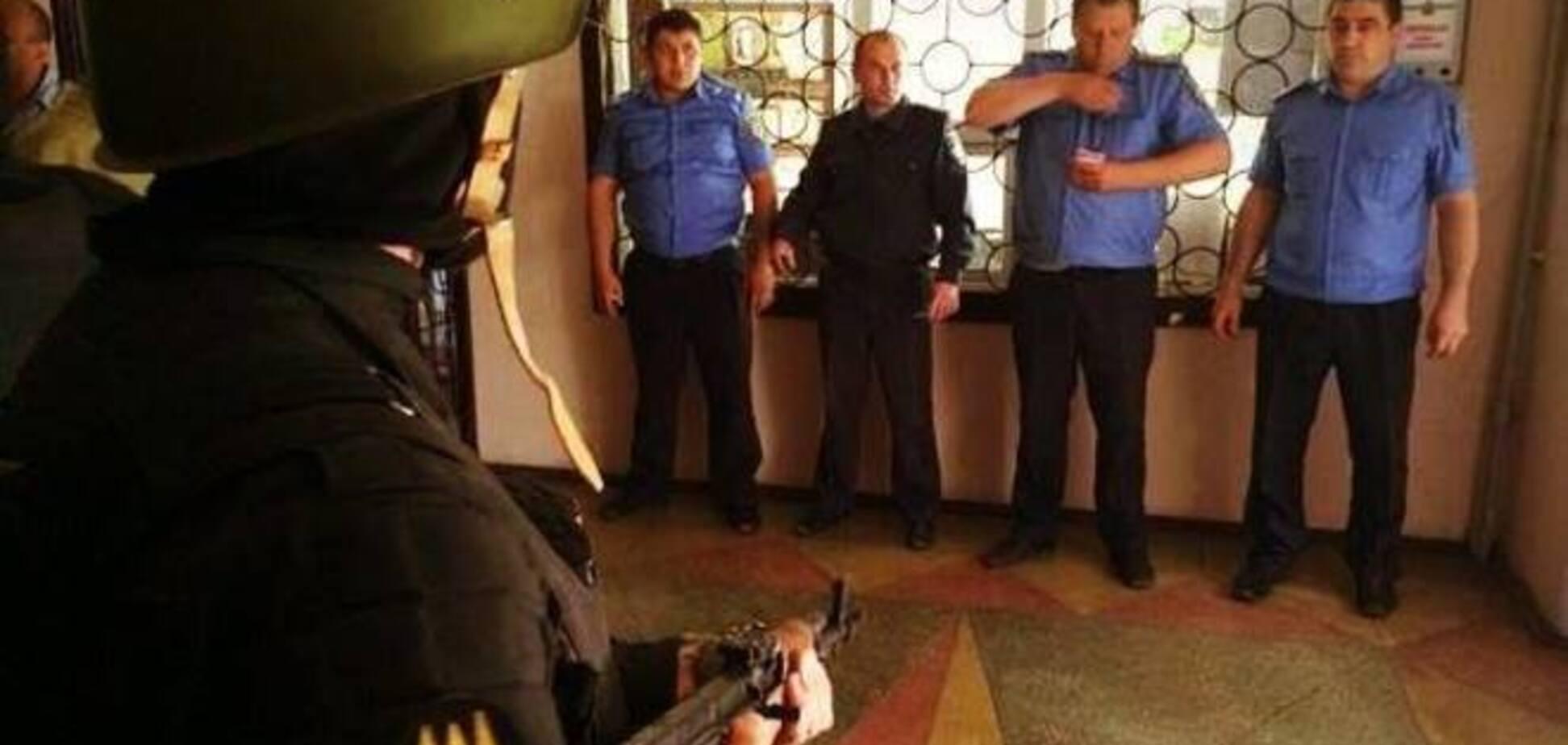 Батальон 'Донбасс' освободил от милиционеров-предателей РОВД на Донетчине