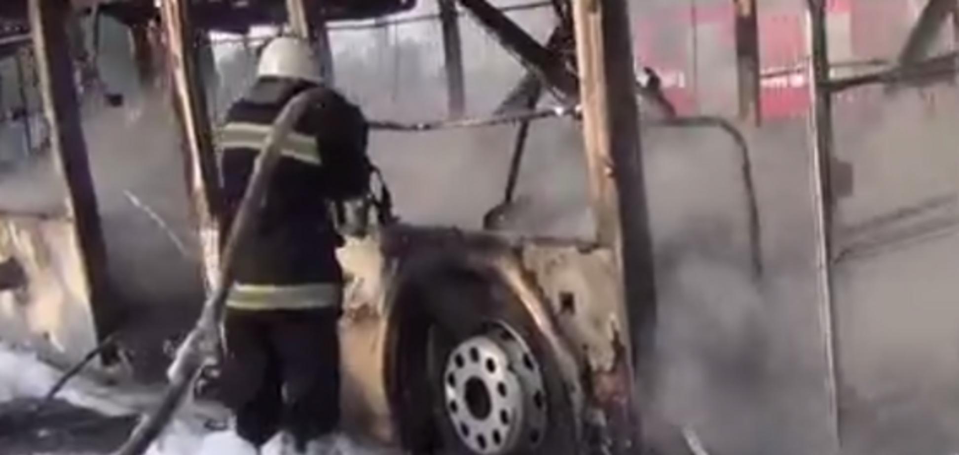 Предварительная причина пожара автобуса на Троещине - короткое замыкание