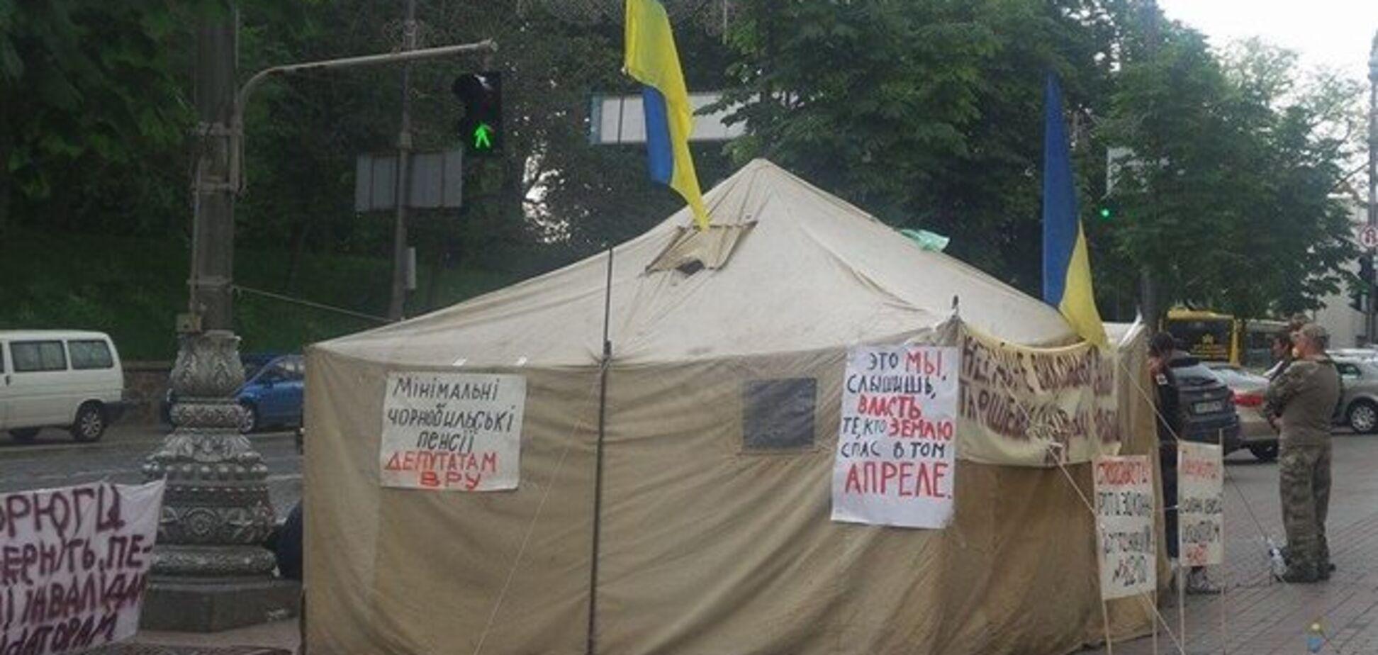Возле Кабмина появилась палатка протестующих чернобыльцев