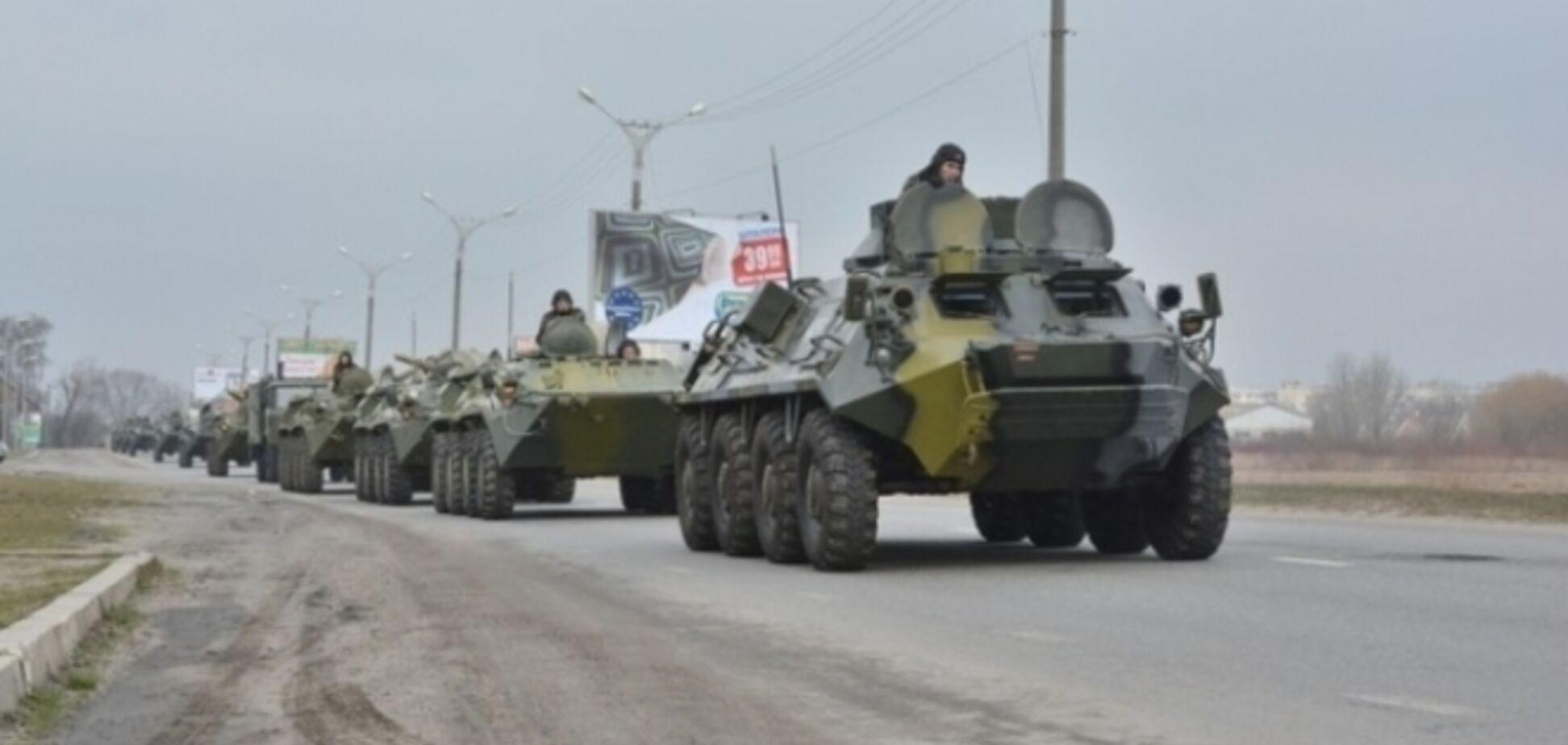 Две колонны бронетехники движутся к Славянску - очевидцы