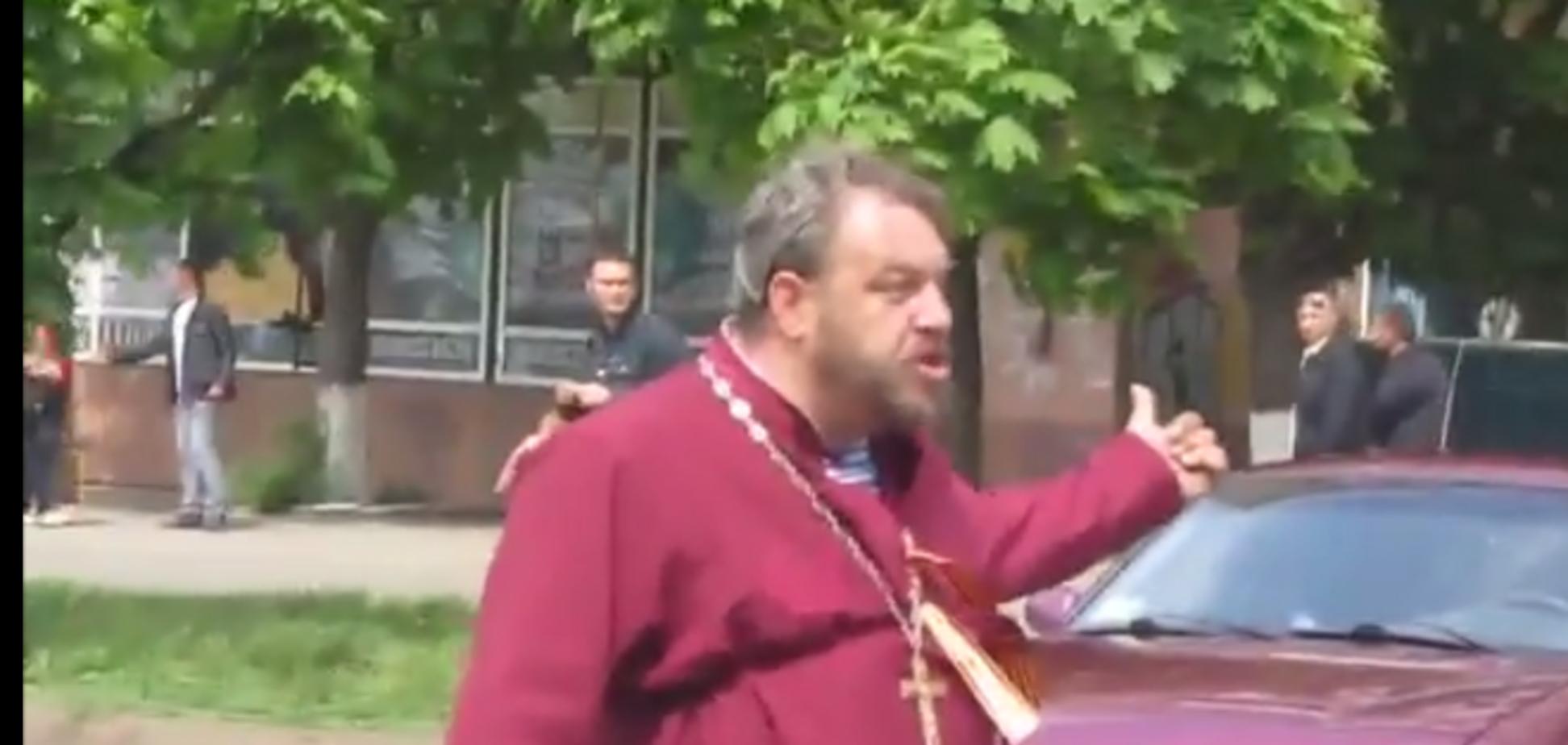 У Краматорську батюшка-сепаратист намагався 'розрулити' ситуацію (Нецензурна лексика)