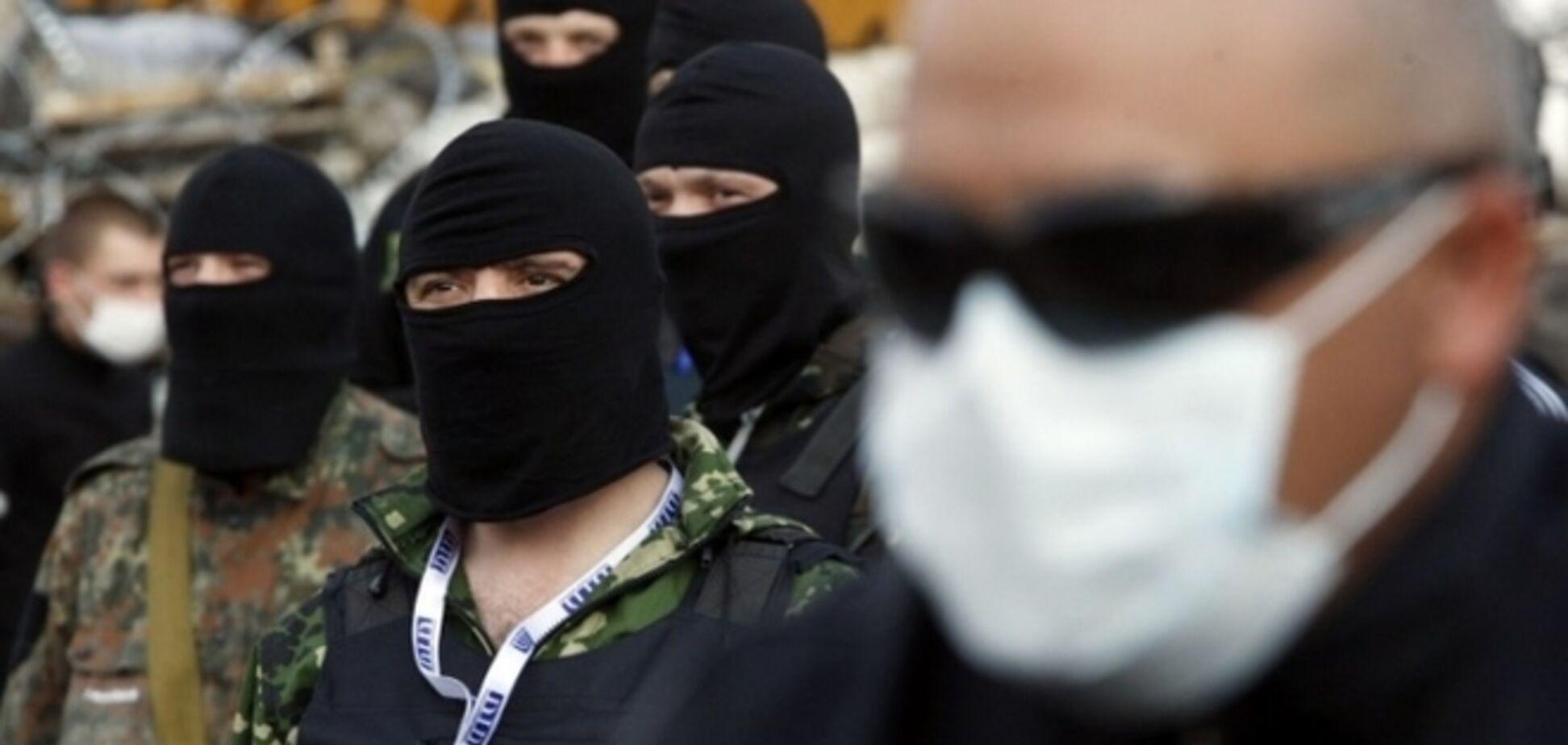 Близько 50 озброєних людей на ж / д вокзалі Донецька зустрічали потяги зі Львова