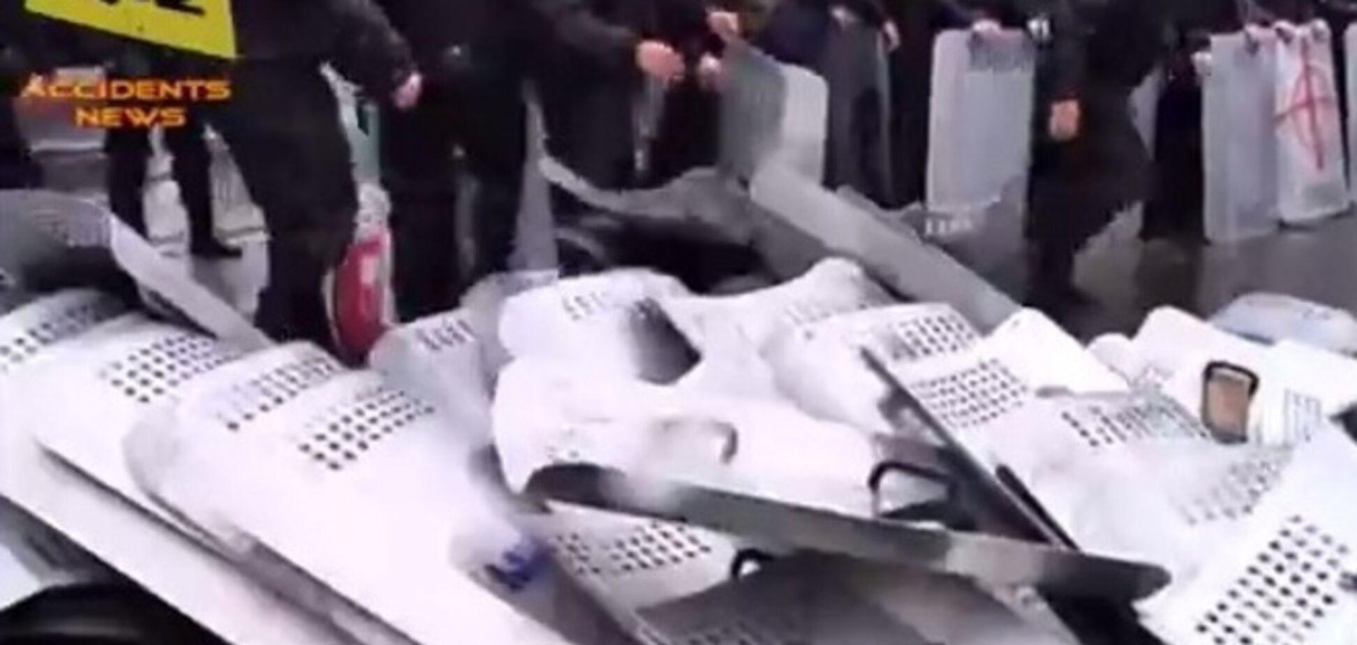 Появилось видео, как одесские милиционеры бросают щиты во время штурма
