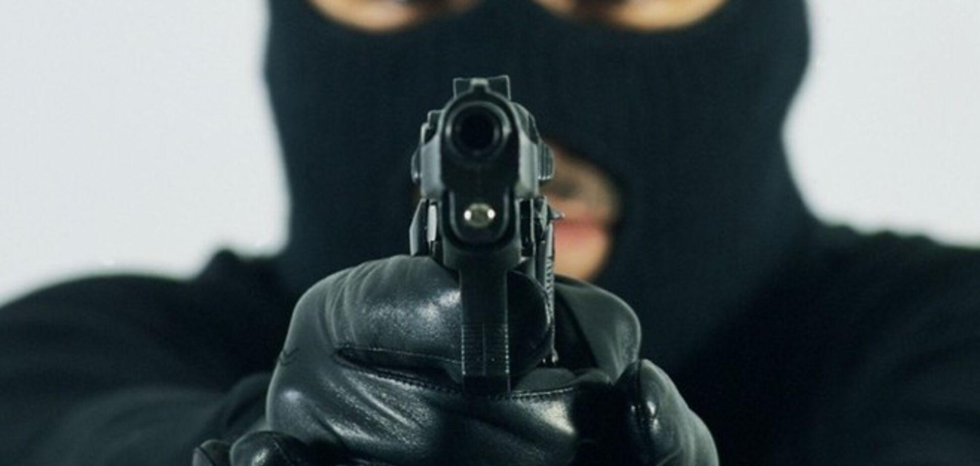 На Луганщине люди с автоматами ограбили ювелирный магазин