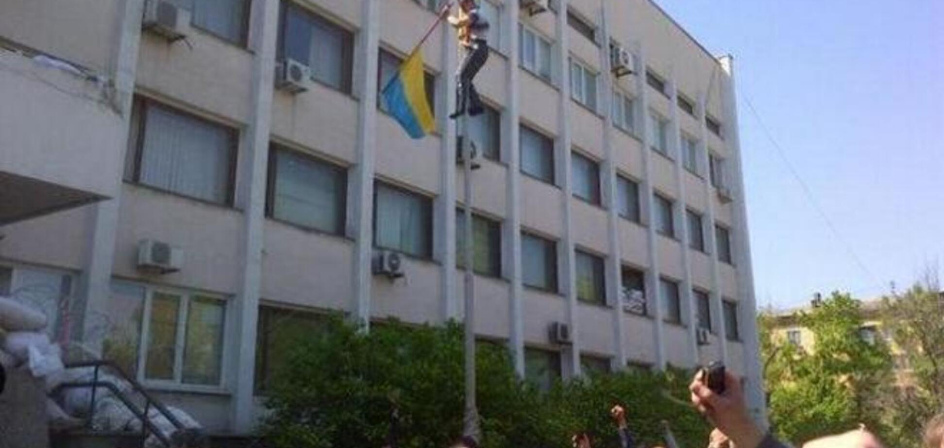 Над горсоветом Мариуполя опять повесили флаг ДНР